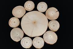 Kurenda wzór od poprzecznego drewnianego saw ciie na czarnym backgr zdjęcie royalty free