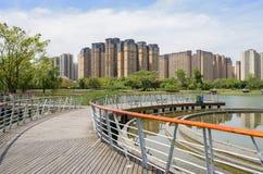 Kurenda zaszalował footbridge nad jeziorem w nowożytnym mieście na pogodnym da fotografia royalty free