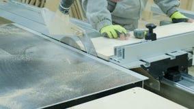 Kurenda zobaczył w akcji, cieśla tnący za prześcieradłach dykta Manufaktura drewniany meble zdjęcia royalty free