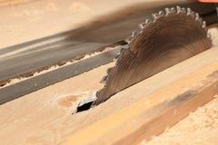 Kurenda zobaczył dla tnącego drewna na woodworking maszynie obraz stock
