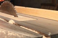 Kurenda zobaczył dla tnącego drewna na woodworking maszynie obraz royalty free