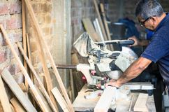 Kurenda zobaczył dla tnących desek w ręki fachowy cieśli, naprawy i budowy narzędzie, zdjęcie royalty free