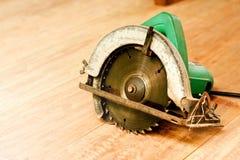 Kurenda zobaczył lub władza zobaczył na drewnianym tła narzędzia woodcraft przedmiocie odizolowywającym zdjęcie stock