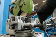 Kurenda Zobaczył maszynę Ciąć stal z z ostrzem i metal, kółkowy ostrze w warsztatowym wnętrzu Narzędziowy sklep lub zdjęcie royalty free