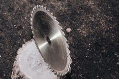 Kurenda zobaczył metal w górę ciemnego tła dalej zdjęcie royalty free