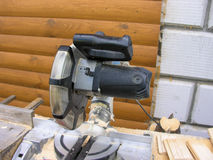 Kurenda zobaczył na ławce w budowie obrazy stock