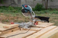 Kurenda zobaczył na budowie izolacja zbudowane musztry narzędzia white obraz stock