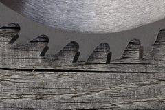Kurenda zobaczył na drewnianym tle zdjęcie stock