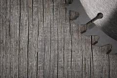 Kurenda zobaczył na drewnianym tle fotografia royalty free