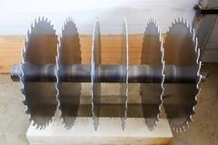 Kurenda zobaczył ostrza dla woodworking maszynowego narzędzia blisko lily farbuje miękki na widok wody zdjęcie royalty free