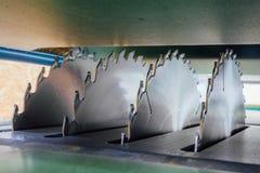 Kurenda zobaczył ostrza woodworking maszynowy narzędzie blisko lily farbuje miękki na widok wody zdjęcie royalty free