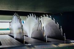 Kurenda zobaczył ostrza woodworking maszynowy narzędzie blisko lily farbuje miękki na widok wody zdjęcia stock
