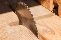 Kurenda zobaczył ostrze dla tnącego drewnianego zbliżenia przy selekcyjną ostrością zdjęcia royalty free