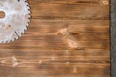 Kurenda zobaczył ostrze na drewnianej desce obraz stock