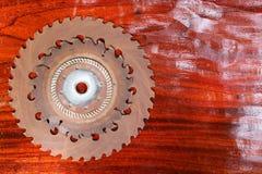 Kurenda zobaczył ostrze na drewnianym zdjęcia stock