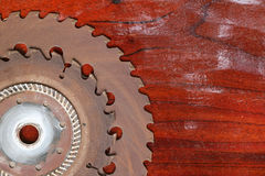 Kurenda zobaczył ostrze na drewnianym obrazy stock