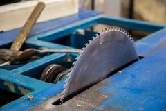 Kurenda zobaczył ostrze woodworking maszynowy narzędzie blisko lily farbuje miękki na widok wody zdjęcie royalty free