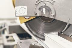 Kurenda Zobaczył Tnącego PVC profilu zakończenie Up Plastikowy okno i zdjęcia stock