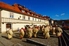 Kurenti e la vecchia vite, Maribor, Slovenia immagine stock