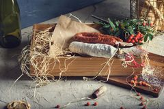 Kurerad kött, bröd och bäraptitretare på en skärbräda Fotografering för Bildbyråer
