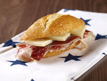 Kurerad skinka och ostsmörgås. Royaltyfri Bild
