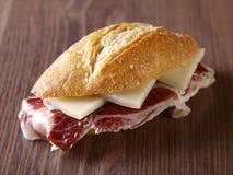 Kurerad skinka och ostsmörgås. royaltyfria foton