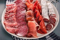 Kurerat köttuppläggningsfat royaltyfri fotografi