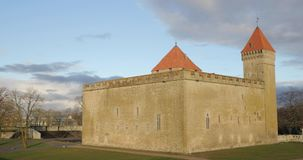 Kuressaare, νησί Saaremaa, Εσθονία Το επισκοπικό Castle στο ηλιοβασίλεμα Παραδοσιακή μεσαιωνική αρχιτεκτονική, διάσημη έλξη απόθεμα βίντεο
