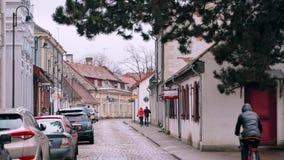 Kuressaare, isola di Saaremaa, Estonia La gente che cammina sulla via di Kauba nel giorno di inverno nuvoloso Vecchie Camere trad stock footage