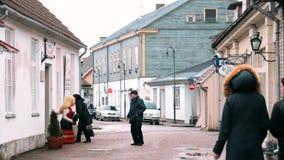 Kuressaare, isola di Saaremaa, Estonia La gente che cammina sulla via di Kauba nel giorno di inverno nuvoloso Vecchie Camere trad archivi video