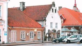 Kuressaare, isola di Saaremaa, Estonia La gente che cammina sulla via di Lossi nel giorno di inverno nuvoloso Vecchie Camere trad video d archivio