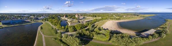 Kuressaare-Panorama mit Kuressaare-Schloss und Badekurorte und Strand lizenzfreies stockbild