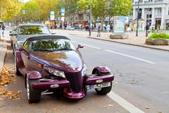 Kurfurstendamm con el coche costoso en Berlín Imagenes de archivo
