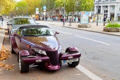 Kurfurstendamm mit teurem Auto in Berlin Stockbilder