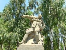 kurgan mamaev 英雄的正方形 雕刻'受伤的司令员' 战士支持一位严重受伤的司令员 免版税库存图片