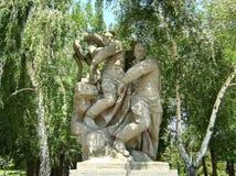 kurgan mamaev 英雄的正方形 雕刻'法西斯主义的崩溃' 两位战士毁坏十字记号和一条巨大的蠕动的九头蛇 免版税库存照片