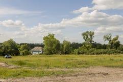 Kurgan region, Rosja, Czerwiec 18, 2017 Przedmieście domy z mnóstwo zielenią świetna pogoda Lato Fotografia Stock