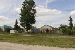 Kurgan region, Rosja, Czerwiec 18, 2017 Przedmieście domy z mnóstwo zielenią świetna pogoda Lato Zdjęcie Stock