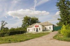 Kurgan region, Rosja, Czerwiec 18, 2017 Przedmieście domy z mnóstwo zielenią świetna pogoda Lato Obraz Stock