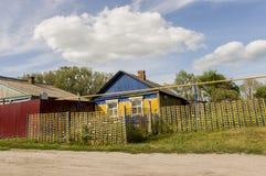 Kurgan region, Rosja, Czerwiec 18, 2017 Przedmieście domy z mnóstwo zielenią świetna pogoda Lato Obrazy Stock