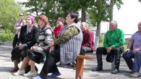 Kurgan, Russia - maggio 2016: anziani che si siedono sui banchi fuori di estate archivi video