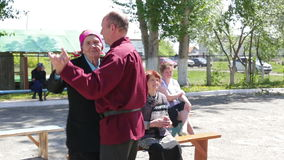 Kurgan, Russia - maggio 2016: L'uomo anziano e la donna che ballano insieme e cantano una canzone, folclore russo archivi video