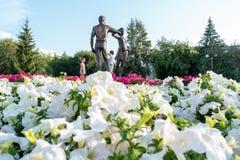 Kurgan, Russie - 10 août 2016 : Un monument consacré aux jeunes Photographie stock