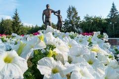 Kurgan, Russie - 10 août 2016 : Un monument consacré aux jeunes Image stock