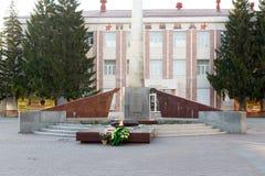 Kurgan Ryssland - Augusti 10, 2016: Den eviga flamman i staden Arkivfoton