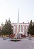 Kurgan Ryssland - Augusti 10, 2016: Den eviga flamman i staden av Kurgan Arkivfoton