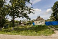 Kurgangebied, Rusland, 18 Juni, 2017 Voorstadhuizen met heel wat green Fijn weer De zomer royalty-vrije stock fotografie