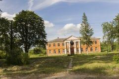 Kurgangebied, Rusland, 18 Juni, 2017 Voorstadhuizen met heel wat green Fijn weer De zomer royalty-vrije stock afbeeldingen