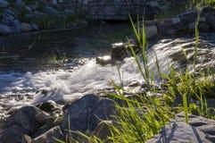 Kurgazak, Salavat地区,巴什科尔托斯坦共和国,俄罗斯 Yangangtau 矿物春天 小河 温泉 治病的水 手段 瀑布 总和 图库摄影