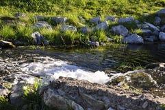 Kurgazak, Salavat地区,巴什科尔托斯坦共和国,俄罗斯 Yangangtau 矿物春天 小河 温泉 治病的水 手段 瀑布 总和 免版税库存照片